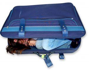 assédio moral 617908_girl_in_suitcase
